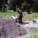 Spullerbachweg: Ausbringen der Feinplanie mit Raupenkipper