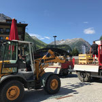 Material für Dorffest abladen am Rüfiplatz, mit U400 und Lader 509