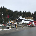 Laternenmasten stellen Baustelle Gemeindezentrum, mit Drehleiter FF Lech