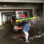 Pistenbully Paana reinigen in der Bauhofgarage, für Montage neue Fräswelle
