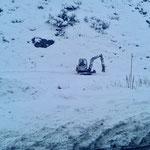 Vorbereitungen Winterwanderweg Zürs, Ausputzen mit Bagger