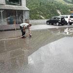 Wasser abpumpen nach Starkregen am Bauhofparkplatz, Gulliabfluss reinigen