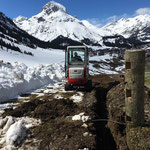 "Drainage-Arbeiten bei ""Bernhard's Alpstall"", Wanderweg Ri Stubenbach, mit TB 216"