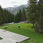 Rasenarbeiten im Schwimmbad
