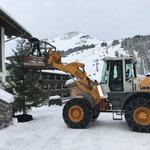 Christbaum stellen und Beleuchtung aufhängen, Weihnachtsmarkt Lech