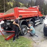 Reifenplatzer und Pannenhilfe Unimog 530 bei der Bodenalpe
