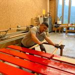Schlechtwetterprogramm: Bretter für Spazierwegbänke malen in der Tischlerei