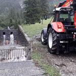Nach Gewitter: Verklausung Kracherbach entfernen und Rohre freimachen