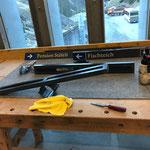 Vorbereitungsarbeiten für neue Pensionsbeschilderungstafeln in Zug
