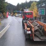 Asphalt abführen Tagwasserleitungsbau Hinterwies, mit U400 + Containerhänger