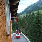 Regale ins Heimatmuseum transportieren, mit Drehleiter FF Lech