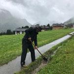 Rinne ausputzen Wanderweg Heizwerk Oberlech - Burg