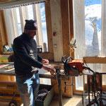 Kettensägen vorbereiten für Forstarbeiten in KW 17