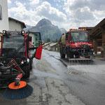 Holder Kehrmaschine und U400 mit Spritzbalken im Einsatz in Stubenbach
