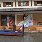 Banner abmontieren an der Postgarage