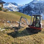Straßenentwässerungsgraben ausputzen mit TB 216 in Oberlech