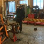 Konstruktionsarbeiten für Prismenwalze: Hydraulikhubwerk des alten Pflug U1600 wird für Aufnahme der Walze vorbereitet. Vorteil: Prismenwalze wird auch schwenkbar