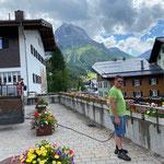 Blumenpflege und Unkraut entfernen Kirchplatz