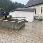 Kirchplatzbrunnen reinigen