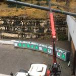 Rohr mittels Epsilonkran vom Bauhofdach auf den Parkplatz transportieren