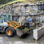 Grünschnitt einfassen und Sammelstellen aufräumen am Bauhof