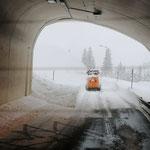 Schneeräumung der L198 nach Zürs aufgrund der Straßensperre Flexenpass