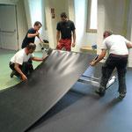 Medicinicum Abbau: Bodenmatten aufrollen