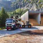Drittleistung: Rohre verladen beim Heizwerk Zug für ÖBB Baustelle Spullersee