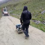 Sanierung Radweg Stierloch, Arbeiten mit der Rüttelplatte