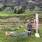 Mit Jugendbetreuer Stefan: Hängematten Jugendplatz montieren