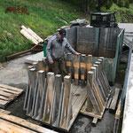 Wegewart beim Brückengeländer-Recycling am Bauhofdach