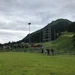 Gerüst aufstellen, Vorbereitungsarbeiten für Netze aufhängen Fußballplatz
