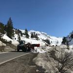 """Schnee tragen für Winterwanderweg Zürs, """"Lawinen-Umleitungsstrecke"""", mit Lader 550"""