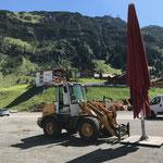 Schirme vom Gore Transalpin Run am Schlosskopf zum Rüfiplatz bringen