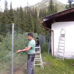 Zaun stellen und Schneeschäden reparieren