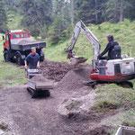 Spullerbachweg: Feinplanie laden auf Raupenkipper