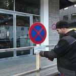Parkverbotstafeln montieren vor der Postgarage, Verlegung der Taxi-Standplätze