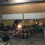 Schneidbrennarbeiten an Stahlträger in der Schlosserei