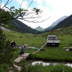 Drittleistung: Unterstützung bei Fotoshooting für Spullerbachweg-Wanderer durch Wegewart Toni. Nebenbei: Bank austauschen und Brücke renovieren