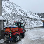 Holder C70 SC mit Splittstreuer, Bauhofparkplätze fräsen