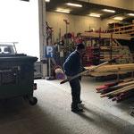 Schneestangen verräumen am Bauhof