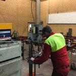 Arbeiten in der Schlosserei für Elektroverteilerkiste