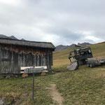 Wanderwegtafeln demontieren rund um die Alpe Monzabon, Grüner Ring Hüttenbibliothek ausräumen