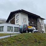 Vorbereitungen für Flexenrace: Bodenlegen für Pressezentrum. Tennishalle Hotel Zürserhof