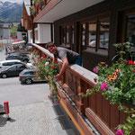 Blumenkisten stellen Gemeindegebäude