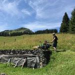 Drittleistung: Mäharbeiten mit der Rapid in Oberlech
