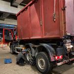 Unimog 530, Kettenmontage nach ARA-Klärschlammfahrt in der Bauhofgarage