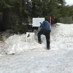 Neue Schilder montieren Wildbeobachtungsstelle