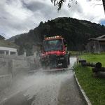 Nach Alpabtrieb, Straße in Stubenbach säubern. Mit U400 und Waschbalken
