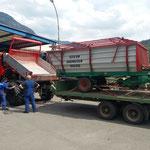 Reifen ummontieren U400, Landwirtschaftshilfe: Ladewagen zur Werkstatt